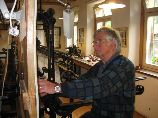 Bernhrad Hollenstein arbeitet konzentriert am Musterbrett der Handstickmaschine.