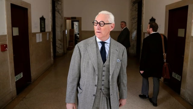 Roger Stone in auffallendem Anzug