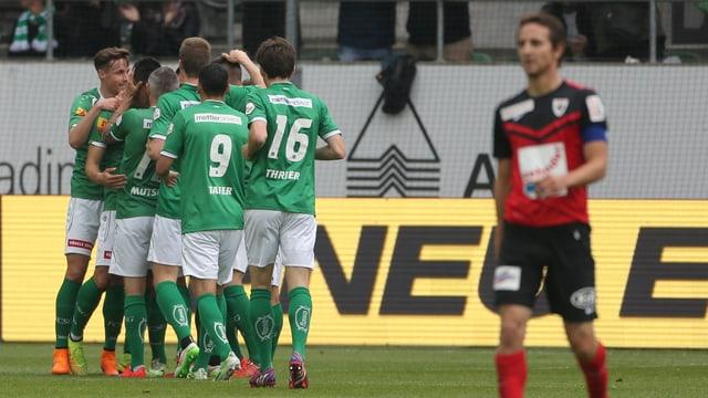 Sandro Burki (rechts) und Aarau müssen den schweren Gang in die Challenge League antreten.