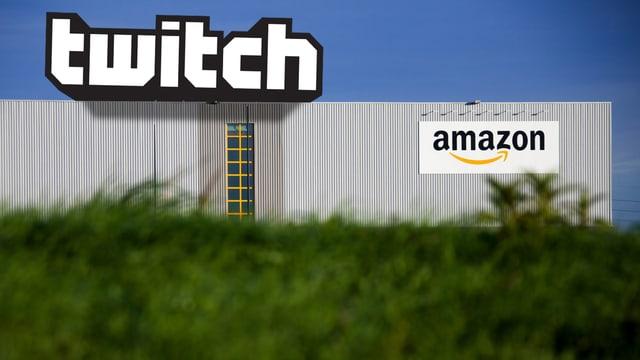 Das Logo von Twitch auf einem Lagerhaus von Amazon.