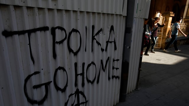 Eine Häuserfasse mit der Aufschrift «Troika Go Home» im zypriotischen Nikosia