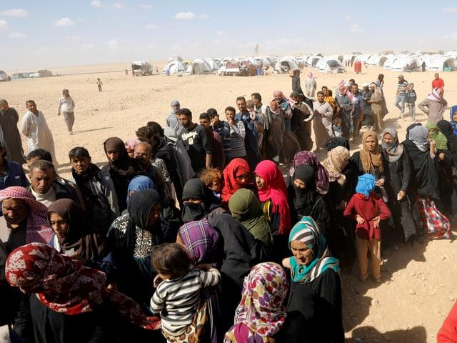 Syrische Flüchtlinge warten auf Essensrationen in einem Flüchtlingscamp im Norden Syriens.