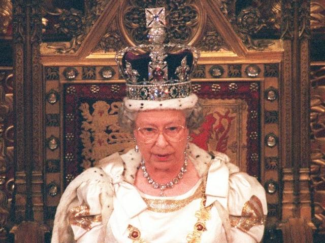 Die Queen mit Krone im Thron.