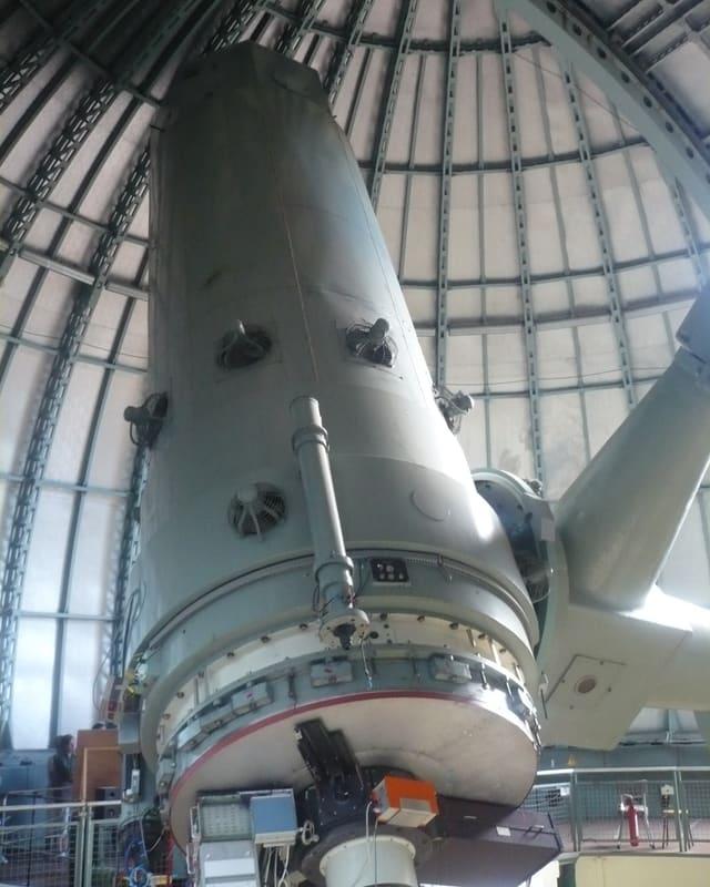 Ein grosses Teleskop für Weltraum-Erkundung in aufrechter Stellung.