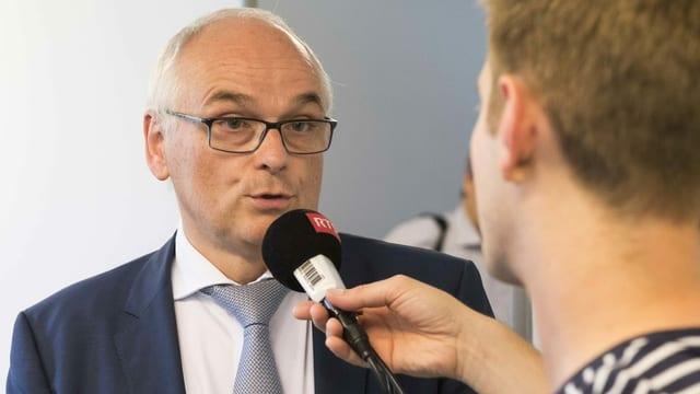 Pierre Alain Schnegg vor Mikrofon