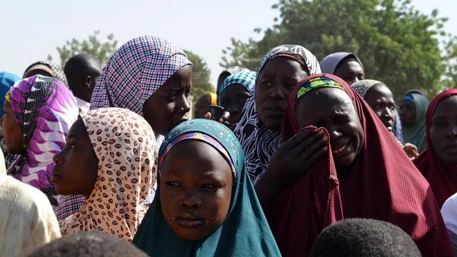 Mehrere Frauen, die vor den gewalttätigen Islamisten aus dem Norden Nigerias geflüchtet sind.