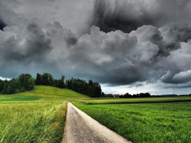 Die schönen Momente im Juni, Dramtische Wolkenstimmung über einem Weiler bei Bubikon ZH. Kurze Zeit später donnerte es, aber das Gewitter entlud sich zu meinem Glück woanders.
