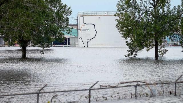 Überschwemmte Chemieanlage