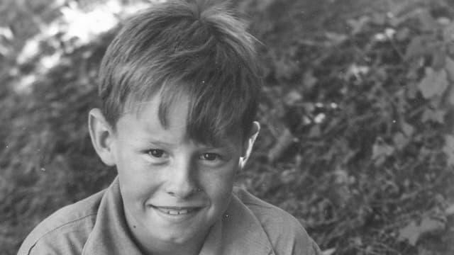 Der junge Hermann lächelt in die Kamera.