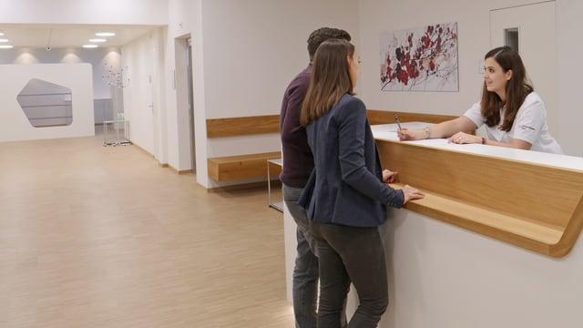 Mann und Frau stehen im Eingangsbereich des Reproduktionszentrums.