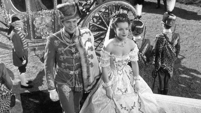 Ein schwarzweisses Bild aus dem Film Sissi. Zu sehen sind Sissi und Kaiser Franz Joseph.