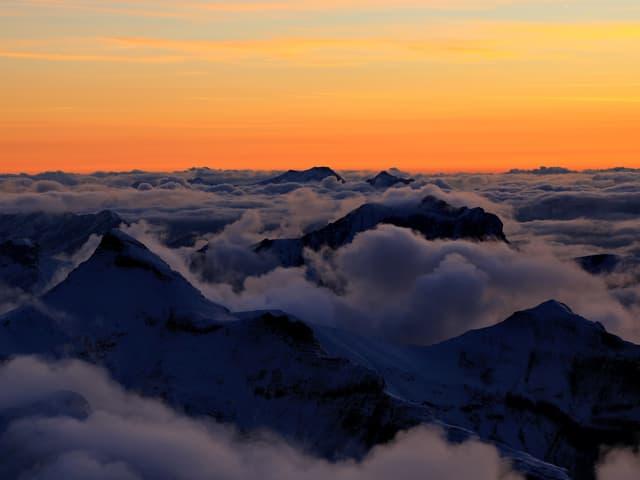 Abendstimmung in den Bergen über dem Nebel.