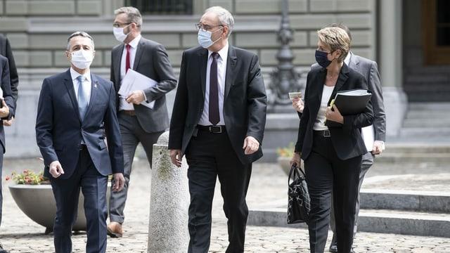Ils cussegliers federals Ignazio Cassis, Guy Parmelin e Karin Keller-Sutter sin via a la conferenza da medias davart la cunvegna da basa cun l'UE.