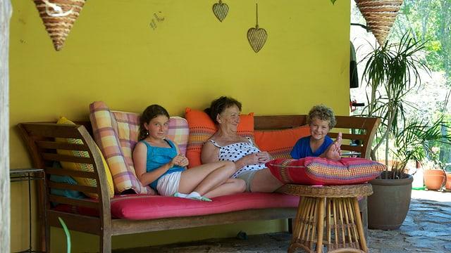 Antonia Rutishauser mit ihren Enkelkindern in Australien.