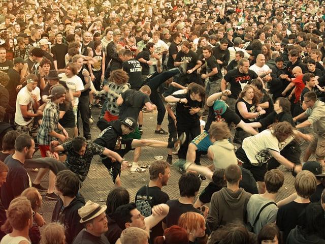 Am With Full Force können sich Metal-, Punk-, und HC-Fans gleichermassen austoben. Machen sie auch, wie man sieht.