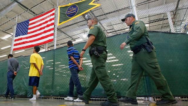 Grenzpolizisten mit Immigranten