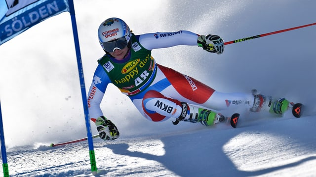 Ski-Fahrerin in einer Kurve.