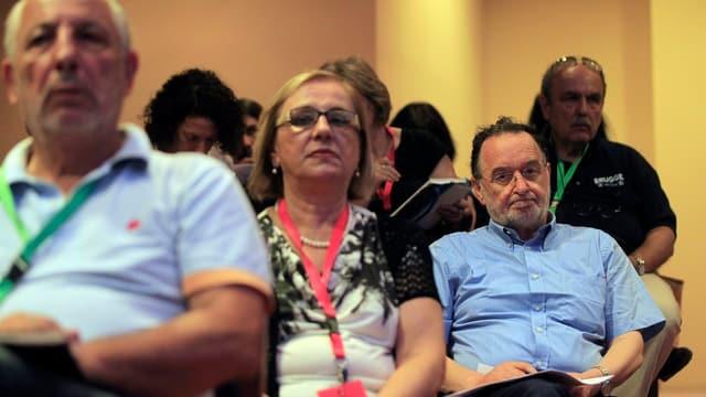 Syriza-Mitglieder sitzen während einem Treffen in einem Saal