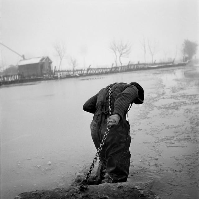 Ein Arbeiter zieht 1946 ein Stück Beton aus den Trümmern in Berlin.