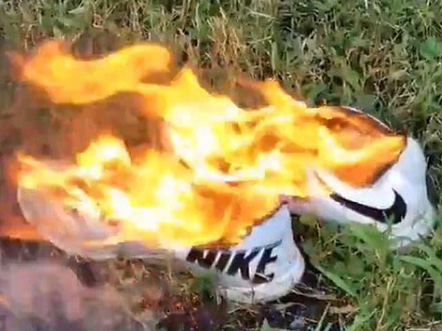 Brennende Nike-Schuhe.