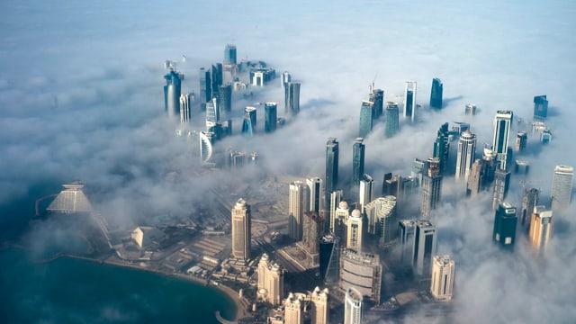 Luftiger Blick auf die Skyline von Doha im Nebel, Hauptstadt der Erbmonarchie von Katar.