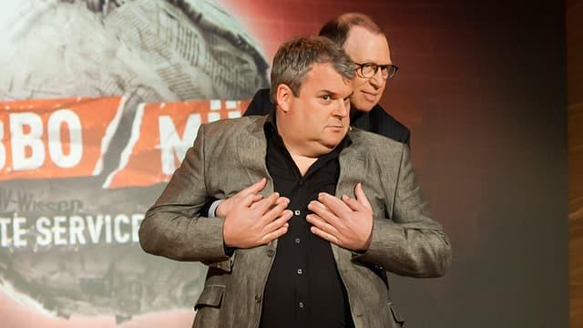 Viktor steht hinter Mike und fast ihm an die Brust. Mike legte seine Hände über Viktors.