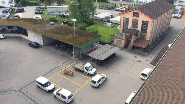 Autoparkplätze und Abstellhallen auf dem ewl-Areal.