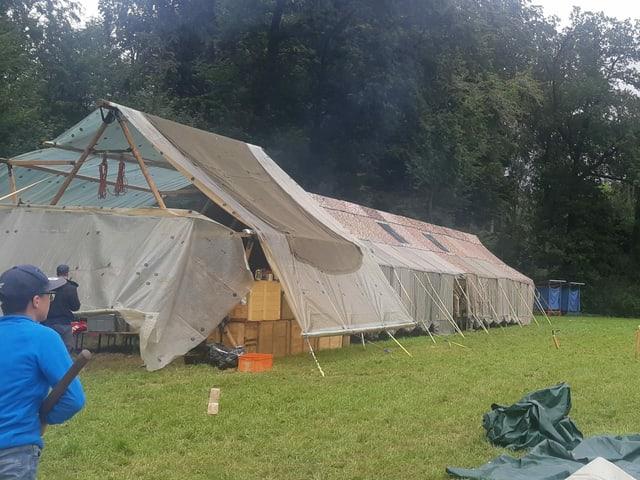 Ein Kind steht vor einem grossen Zelt.