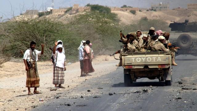 Ein Fahrzeug mit Soldaten fährt im Jemen auf einer Strasse.