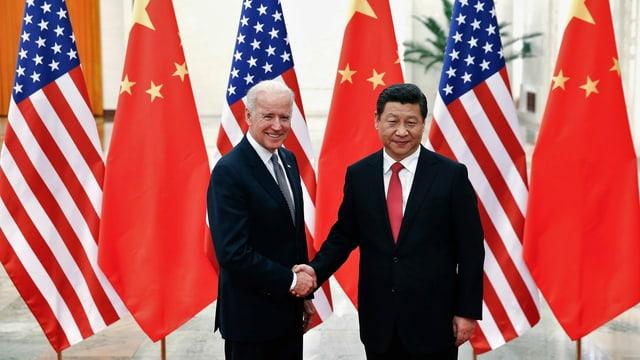 Biden und Xi geben sich die Hand.