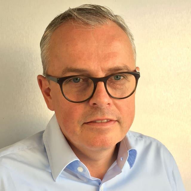 Portrait ca. 45 jähriger Mann mit Brille