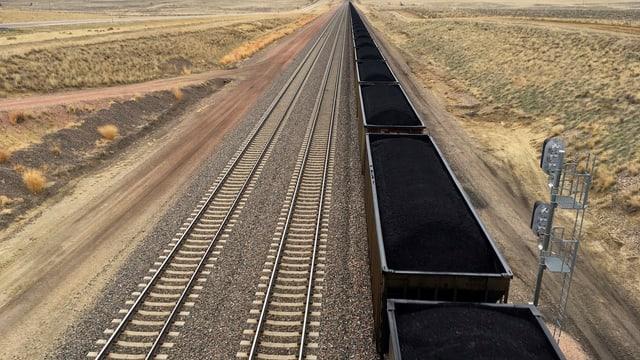 Zug-Wagons gefüllt mit Kohle stehen auf einem Gleis im Bundesstaat Wyoming