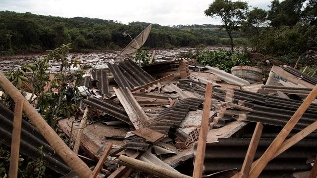 Balken und zerstörtes Mauerwerk zusammengeschoben