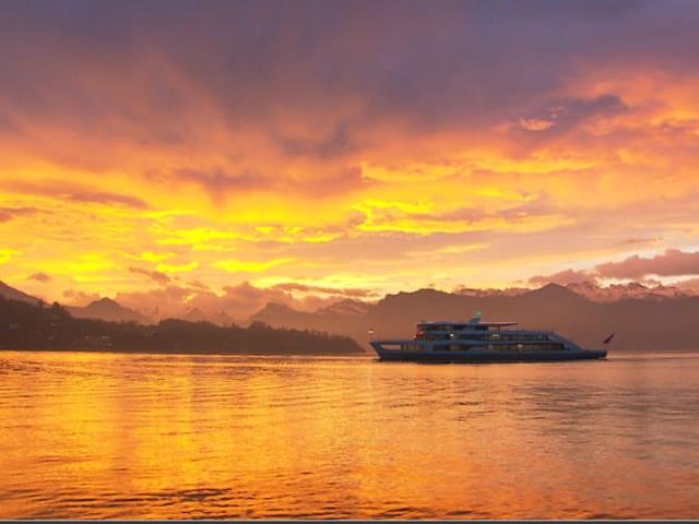 Sonnenaufgangsstimmung, Schiff auf dem See