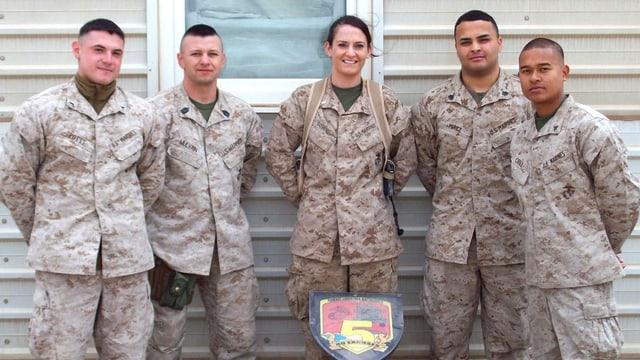 Die junge Soldatin Ariana Klay steht in der Mitte einer Gruppe von männlichen Soldaten.