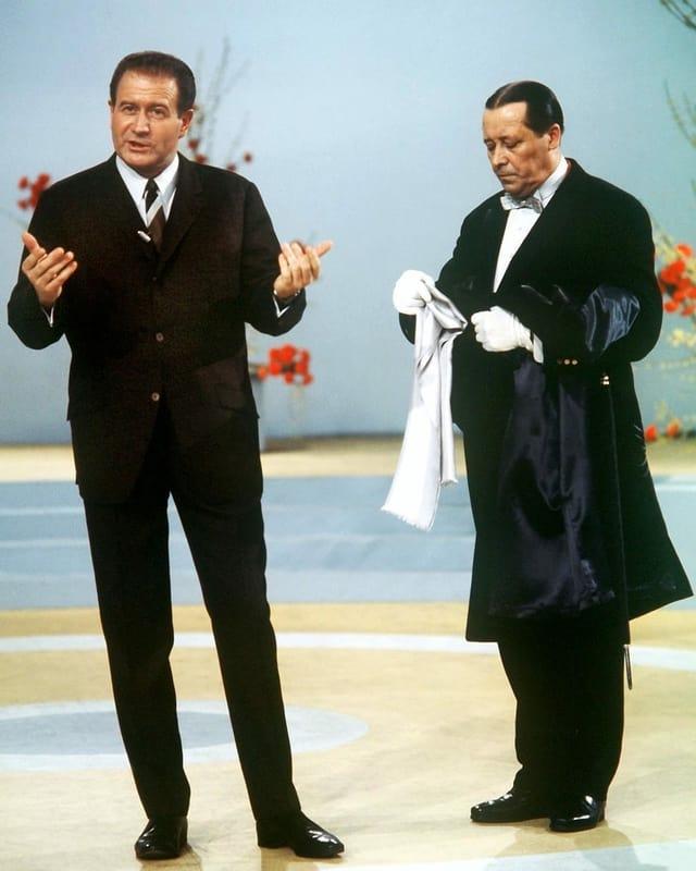 Kulenkampff und sein TV-Buttler während einer Sendung von Einer wird gewinnen.