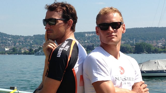 Ronnie Schildknecht steht mit dem Rücken zu Jan Van Berkel am Ufer des Zürichsees.