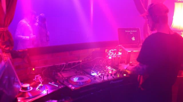 Ein DJ legt auf in der «Kiste»