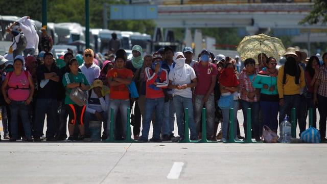 Menschen bilden eine Strassenblockade