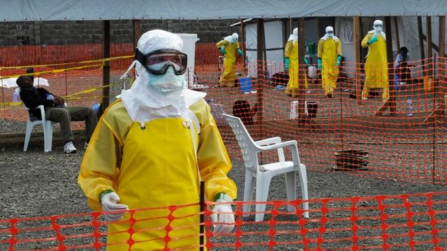Mitarbeiter von Ärzte ohne Grenzen in einem Isolationscamp in Monrovia, Liberia, am 23. August.