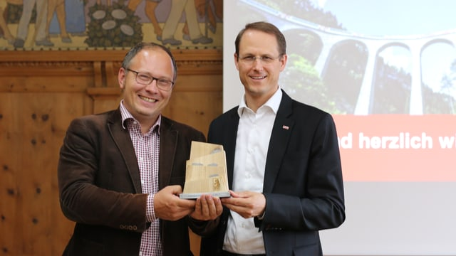 Florian Seidl (san.) cun il directur da la Viafier Retica.