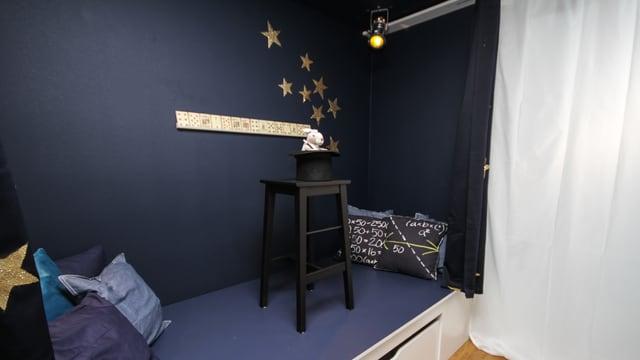 Die Vorhänge vor dem Bett bieten Rückzug. Vor der Bühne geben goldene Sterne den Vorhängen Zauberglamour