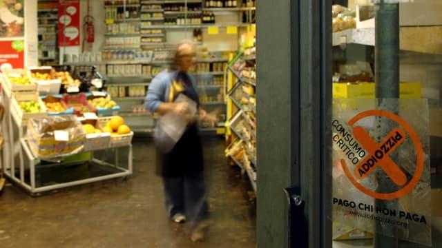 Kleber Addiopizzo am Ladeneingang.