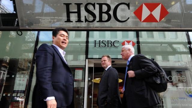 Personen gehen an einem HSBC-Eingang vorbei.