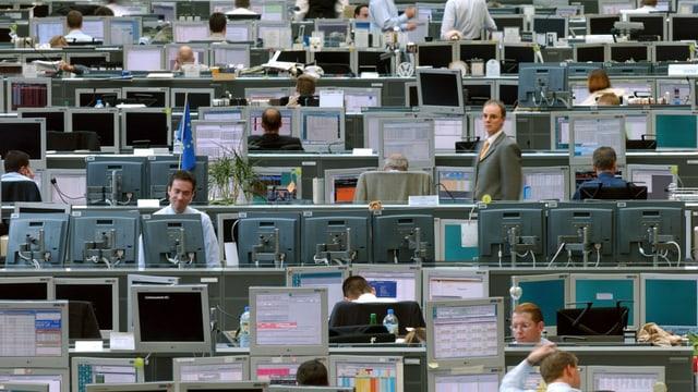 Blick in den Handelsraum einer Bank mit Reihen von Computer-Arbeitsplätzen.