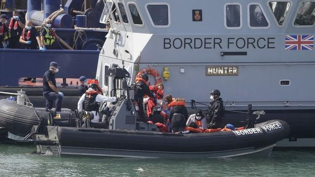 Britische Grenzwächter bei einem Boot mit Flüchtlingen.