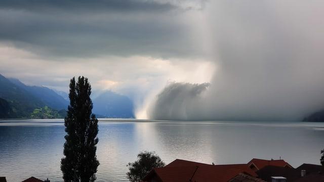 Ein sogenannter Down burst erzeugt über dem Brienzersee eine Wolkenwalze.