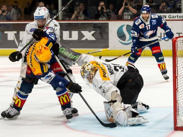 Lugano-Keeper Elvis Merzlikins stoppt einen ZSC-Angriff.
