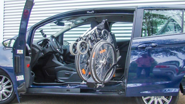 In auto che chargia en automaticamain la sutga cun rodas.