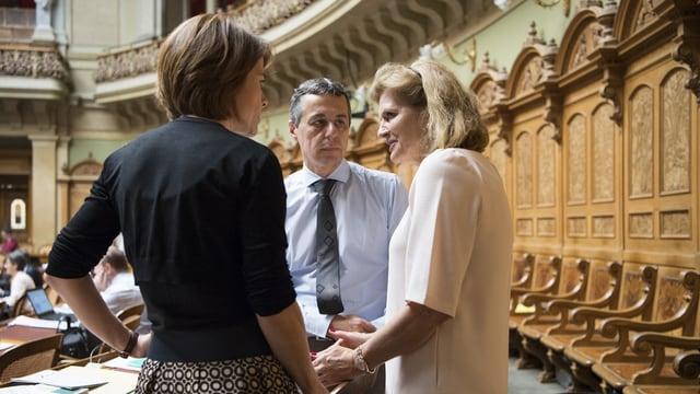 trais parlamentaris discuteschan